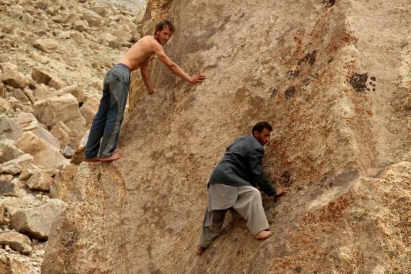 jeden ze zážitků s vesničany - lezení po skalách